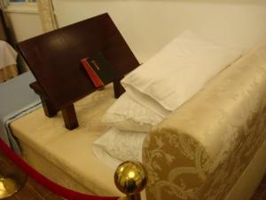 臥室,床上小讀書桌